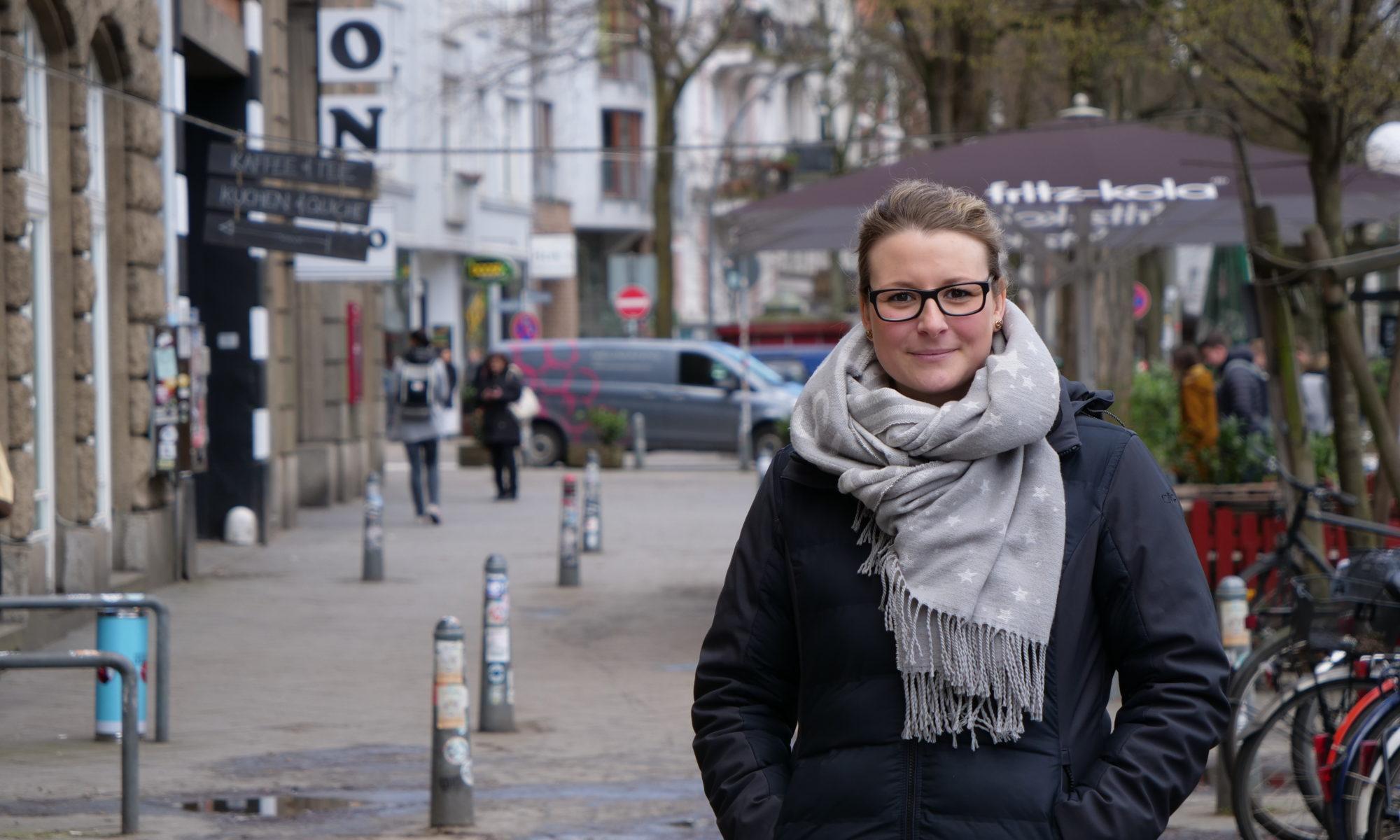 Eine junge Frau in der Fußgängerzone